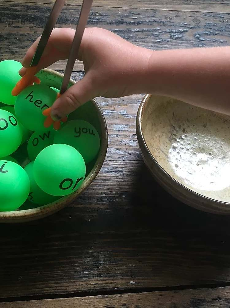 Fun Phonics hand tweezers for ping pong balls - Gallery 1